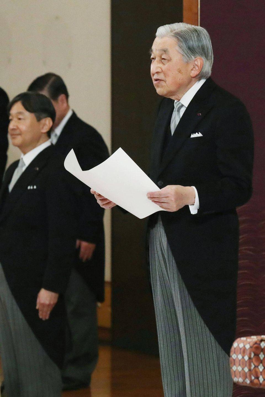 """Bei der """"Taiirei Seiden no Gi""""-Zeremonie richtet Kaiser Akihito Abschiedsworte an die Regierung."""