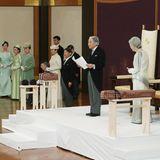 """Kaiser Akihito und Kaiserin Michiko haben sich im Kaiserpalast indenPrunksaal """"Seiden-Matsu-No-Ma"""" begeben."""