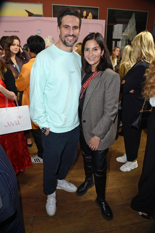 Mittlerweile ist Chryssanthi Kavazi mit dem Schauspieler und Sänger Tom Beck verheiratet und haben zusammen ein Kind. Von ihrer Mähne hat sie sich getrennt. Die Seriendarstellerin mit den griechischen Wurzelnträgt nun einen Longbob.