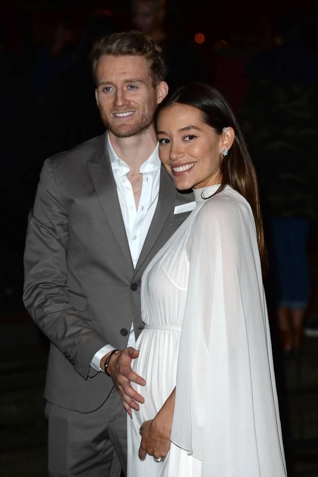 Hier hält Profi-Fußballer André Schürrle noch liebevoll den Babybauch seiner Frau Annafest. Im Dezember 2018 hat das Paar heimlich geheiratet, jetzt sind sie auch schon Eltern und Anna überrascht mit einem fitten After-Baby-Body in Rekordzeit ...