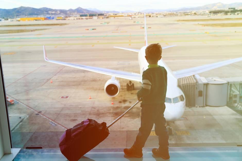 Ein Junge wartet am Flughafen (Symbolbild).