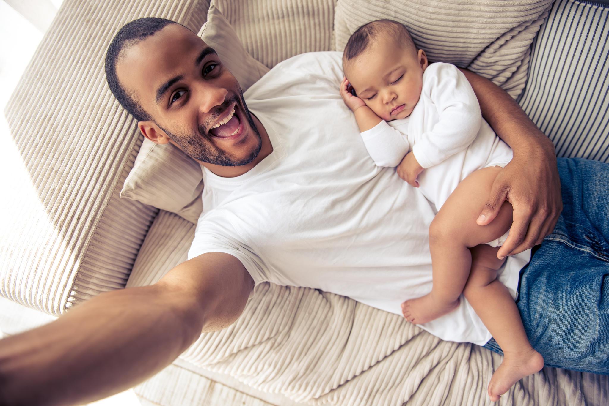 Niedlicher Trend in den USA: Väter posten sich mit ihren schlafenden Kindern (Symbolbild).