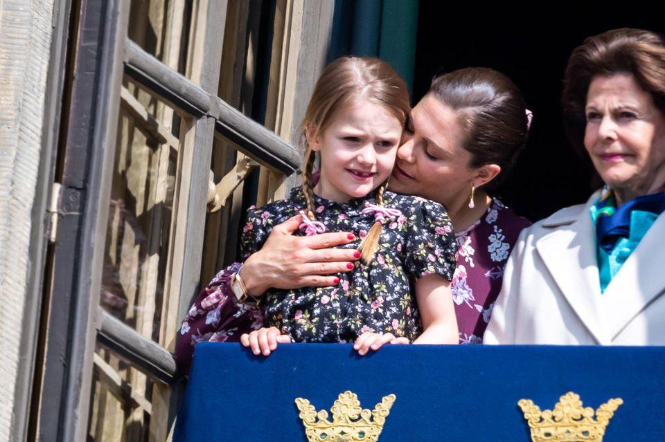 30. April 2019  Drei Generationen der schwedischen Königsfamilie: Königin Silvia, Kronprinzessin Victoria undPrinzessin Estelle scheinen die gemeinsamen Stunden zu genießen – liebevolle Gesten inklusive.
