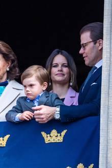 """30. April 2019  Auch Prinzessin Sofia und Prinz Daniel waren unter den Feiergästen. Prinz Oscar scheint die Feier allerdings nicht ganz so gut zu gefallen und amüsiert stattdessen lieber mit einem """"Grumpy Cat""""-Blick."""