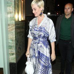 Dazu wählt Katy weiße Accessoires: So trägt sie eine weiße Beuteltasche und Perspex-Sandalen mit weißen Applikationen. Ein superschickes Outfit und ein neuer Kleidungsstil, in dem die Sängerin seit ihrer Verlobung mit Orlando Bloom im Februar 2019 häufiger gesichtet wird.