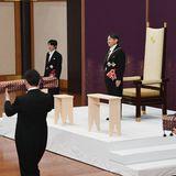 Bei der Zermonie empfängt Naruhito die kaiserlichen Insignien als neuer Kaiser von Japan.