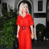Hochgeschlossen sieht man Katy Perry auch bei einem Date mit ihrem Verlobten Orlando Bloom. Passend zur großen Liebe, wählt die Sängerin ein Outfit in Rot und zeigt damit allen ihre Gefühlslage.