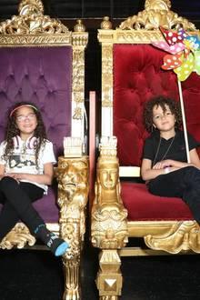 ... Und wie es sich für Kinder eine Diva gehört, nehmen Monroe und Moroccan auf einem Thron Platz ...