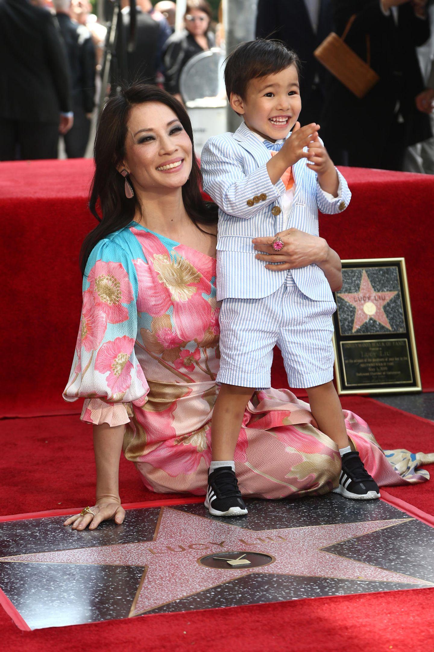 1. Mai 2019  Neben Lucy Lius Freundinnen darf natürlich auch Sohnmann Rockwell Lloyd nicht fehlen: Der dreijährige Sohn der Schauspielerin freut sich riesig mit seiner Mama und verzaubert mit seinem süßen Strahlen das Publikum.