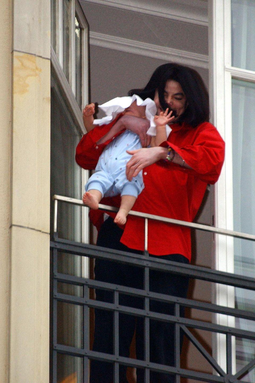 2002 hält Michael Jackson Baby Blanket aus dem Fenstereines Berliner Hotels.