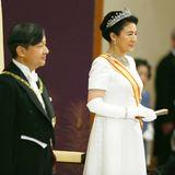 Es ist ein ganz besonderer Tag für Naruhito von Japan und seine Frau, Masako: Naruhito von Japan besteigt den Chrysanthementhron und macht seine Masako damit zur Kaiserin. Bei der Zeremonie zeigt sich die frischgebackene Kaiserin in einem bodenlangen, eleganten weißen Kleid in Kombination mit langen Seidenhandschuhen. Doch vor allem ihr funkelnder Schmuck sticht bei diesem Auftritt ins Auge.