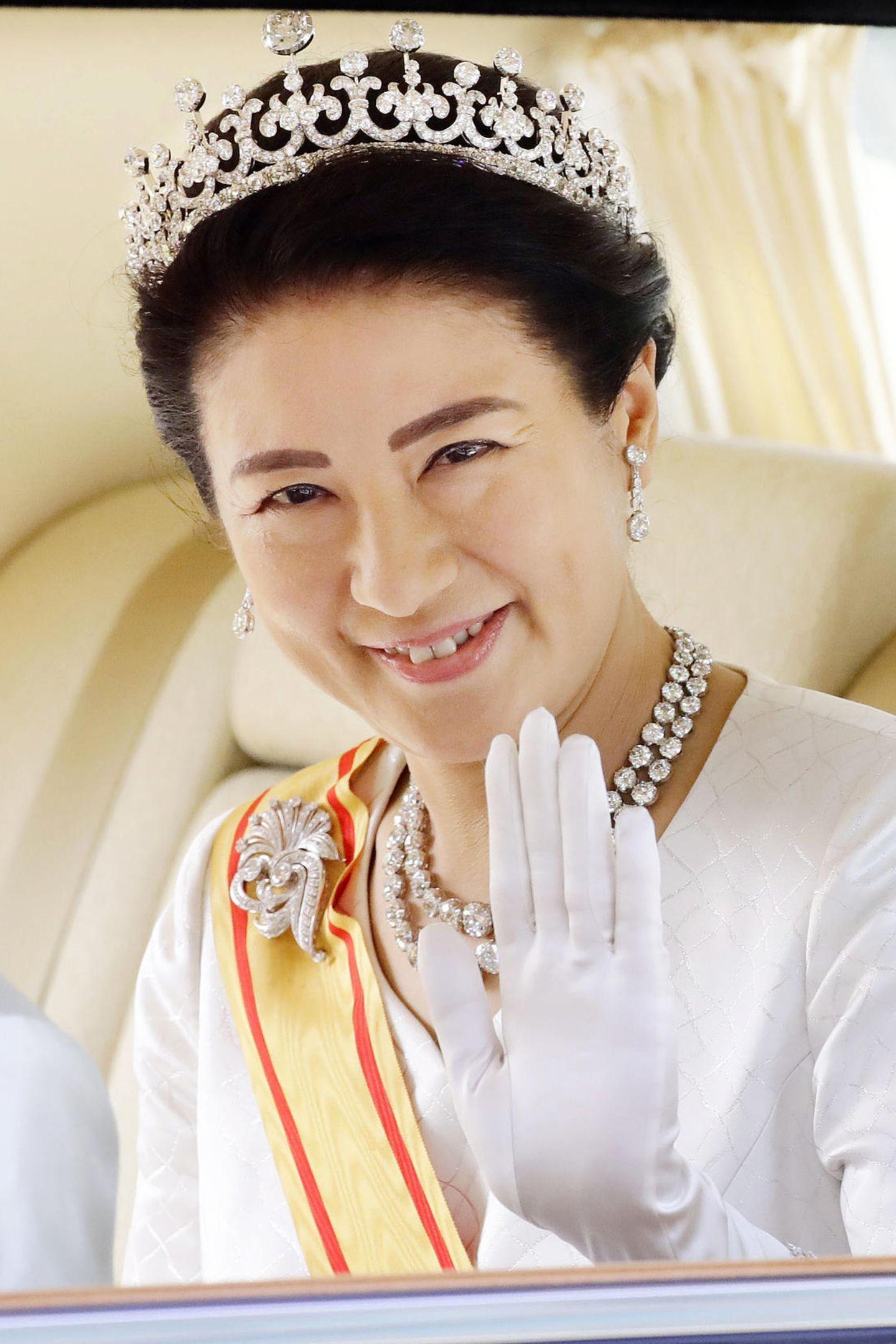 Bei ihrem ersten Auftritt als Kaiserin trägt Masako von Japan ein funkelndes Collier und elegante Ohrringe. Vor allem ihre atemberaubende Tiara sticht ins Auge. Dieses Schmuckstück soll bereits über 130 Jahre alt sein und zuvor Masako bisher vorenthalten gewesen sein. Die Kaiserin hat also allen Grund so schön zu strahlen.