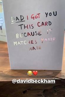 """2. Mai 2019  Und auch David Beckhams Kinder versuchen anscheinend, ihnanlässlich seines Geburtstages auf die Schippe zu nehmen. """"Papa, ich hab dir diese Karte gekauft, weil sie zu deinem Haar passt"""", steht in silberfarbener Schrift auf einer weißen Karte, die Romeo Beckham seinen Fans aufInstagram zeigt."""
