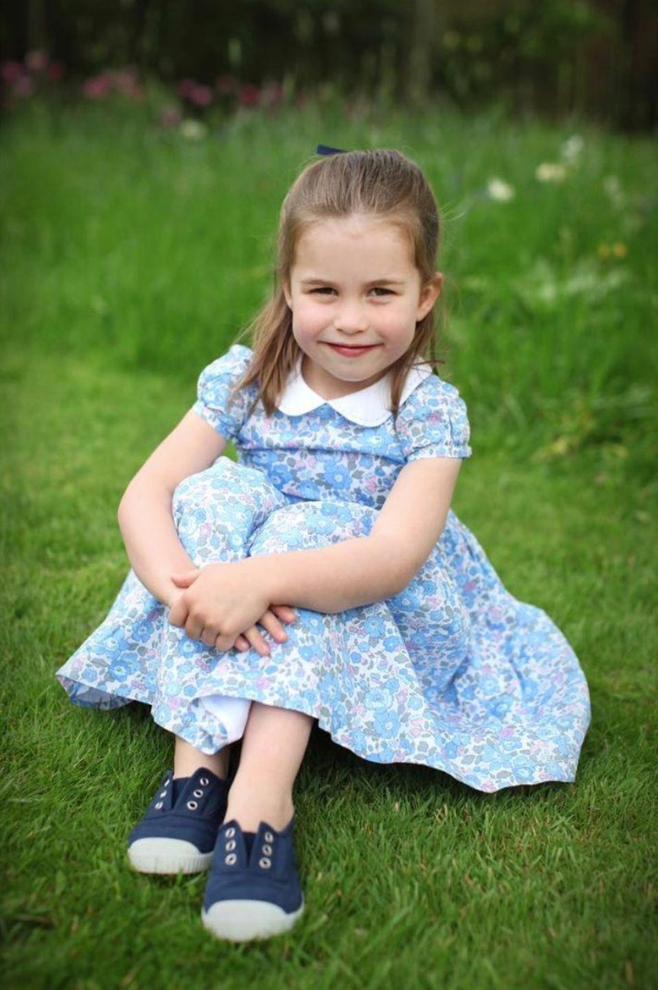 2. Mai 2019  Ob sich Prinzessin Charlotte das Kleid selber ausgesucht hat? Verschmitzt lächelt die einzige Tochter von Prinz William und Herzogin Catherine in die Kamera. Die Ähnlichkeit zu ihrem Papa und ihrer Großmutter, Queen Elizabeth, ist dabei nicht zu übersehen.
