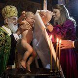 Tränchen kullern, als im Dezember 2018 Erzbischof Irinej den kleinenPrinz Stefan von Serbienin der königlichen Kapelle des Royal Comopound in Belgrad aus dem Taufbecken hebt.