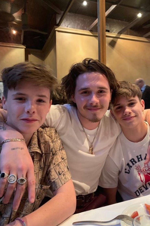 2. Mai 2019  Und auch Victoria und David Beckhams Söhne Cruz, Brooklyn und Romeo (v.l.n.r.) scheinen den Abend in vollen Zügen zu genießenund posieren geduldig für ein Erinnerungsfoto.