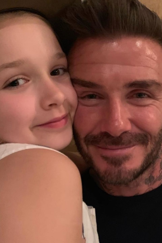 """2. Mai 2019  Beim abendlichen Dinner ist die Stimmung allerdings ausgelassen und harmonisch. """"Ich glaube, sie liebt ihn"""", schreibt Victoria Beckham zu dem süßen Geburtstags-Schnappschuss, auf dem ihre Tochter Harper Seven und ihr Ehemann David Beckham innig zu sehen sind."""