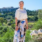 Prinzessin Victoria strahlt in Athen mit der Sonne um die Wette. Beim Besuch des Museumsder Antiken Agora zeigt sie sich in einem sportlich-eleganten Look. Die Kronprinzessin kombiniert zu einem Rock aus der H&M Conscious Exclusive Kollektion ein hochwertiges, schlichtes Shirt und Sneaker.