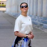 Außerdem trägt Victoria eine klassische Uhr und ein elegante Sonnenbrille - ein perfekter Look für einen solchen Tag.