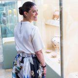 Victorias elegantes, locker sitzendes Shirt besticht mit einem langen Reißverschluss amRücken, ihre Ohren schmücken zarte Creolen.