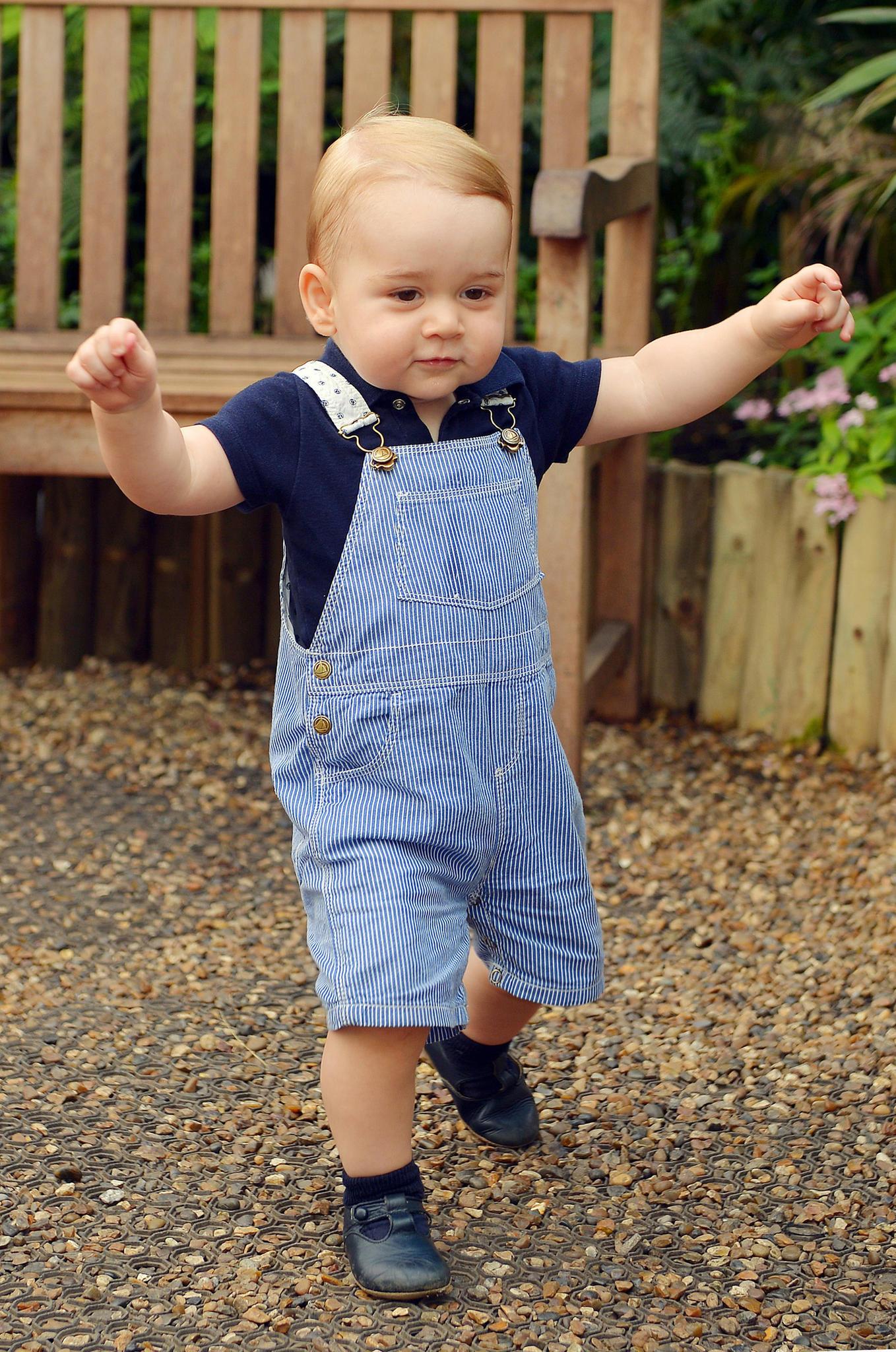 An seinem ersten Geburtstag unternimmt Prinz George erste Gehversuche.