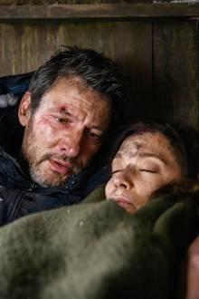 Christoph Saalfeld (Dieter Bach) macht der vermeintlich schlafenden Eva Saalfeld (Uta Kargel) ein Geständnis