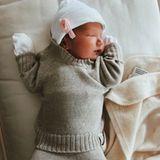 """""""Hallo Welt, mein Name ist Kaia"""", so kommentiert die frisch gebackene Mama Anna Schürrle das Foto ihrer Tochter auf Instagram. Auf dem Schnappschuss schlummert die kleine Kaia in einem kuscheligen Zweiteiler aus Strick, den sie von ihrer """"Tante"""" Ann-Kathrin Götzeund ihrem """"Onkel"""" Mario Götze geschenkt bekommen hat. Als Accessoire trägt das kleine Mädchen eine zuckersüße weiße Mütze mit einem rosafarbenen Blümchen."""