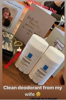 """2. Mai 2019  Auf Instagram zeigt der 44-Jährige auch seine Geschenke, doch damit hätte wohl niemand gerechnet:Von Ehefrau Victoria gibt es zwei Deos zum Geburtstag - überraschend wenig Luxus für das sonst so extravagente Paar. """"Deodorant von meiner Frau? Habe ich mir allerdings auch gewünscht"""", kommentiert David Beckham seine Ausbeute."""