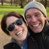 """3. Mai 2019  """"Herzlichen Glückwunsch an dich, mein Ein und Alles, Jack! Du bist so liebenswürdig und absolut außergewöhnlich"""", schreibt Prinzessin Eugenie zu einem süßen Schnappschuss, der sie und ihren Ehemann Jack Brooksbank bei einem Spaziergang in der Natur zeigt. Jack Brooksbank feiert heute seinen 33. Geburtstag, zum neunten Mal ist die Enkelin der Queen dabei an seiner Seite."""