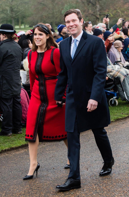 25. Dezember 2018  Den Weihnachtsgottesdienst inSandringham besuchen Prinzessin Eugenie und Jack Brooksbank in diesem Jahr zum ersten Mal als Ehepaar. Hand in Hand schlendern sie an den wartenden Fans vorbei, dievor der Kirche auf die britische Königsfamilie warten.