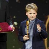 """Ein wahres Showtalent! Julius Weckauf amüsiert die Zuschauer der Lola-Verleihung mit seiner witzigen Anmoderation der Kategorie """"Bestes Maskenbild""""."""