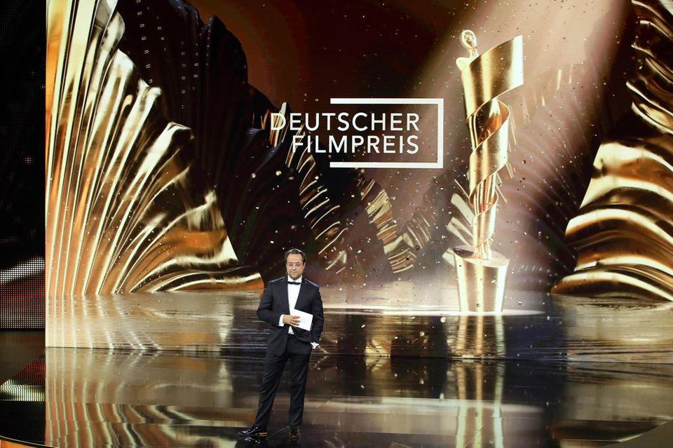 Auf der glamourös gestalteten Bühne im Palais am Funkturm steht unter anderem auch Jan Josef Liefers als Presenter.