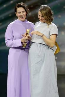 """Herzlichen Glückwunsch!Antje Traue gratuliert der Besten Nebendarstellerin Luise Heyer, die für ihre Rolle als Hape Kerkelings Mutterin""""Der Junge muss an die frische Luft"""" ausgezeichnet wurde."""