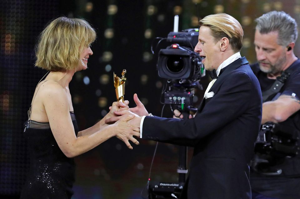 """Große Freude bei """"Gundermann""""-Darsteller Alexander Scheer, er kann von Heike Makatsch die Lola als bester Hauptdarsteller entgegennehmen."""