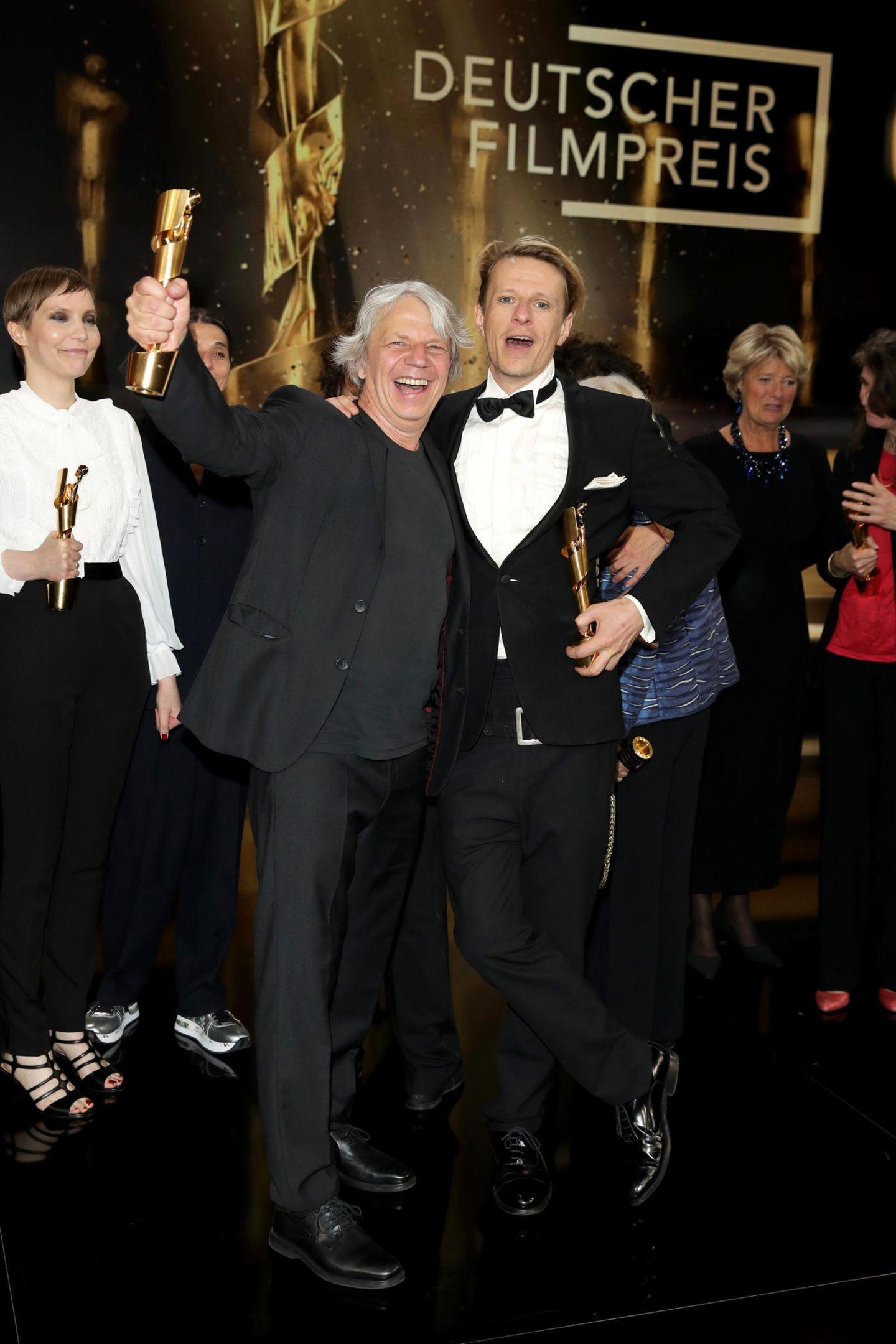 """""""Gundermann"""" ist mit 6 Lolas der große Gewinner des diesjährigen Filmpreises: Nicht nur Alexander Scheer kann sich als bester Hauptdarsteller freuen, sondern auch Andreas Dresen für die beste Regie. Außerdem bekam der Film den Deutschen Filmpreis als bester Spielfilm, für das beste Szenenbild, das beste Drehbuch und das beste Kostümbild. Wir gratulieren ganz herzlich!"""