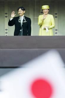 4. April 2019  Es ist soweit! Nach der Abdankung des emeritiertenTennō Akihito begrüßtsein Sohn, der neue Kaiser Naruhito im Kaiserpalast in Tokio sein Volk. An seiner Seite Kaiserin Masako.
