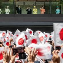 4. April 2019  Und Tausende Japaner begrüßen ihre neue Kaiserfamilie. Die royalen Damen haben sich farblich übrigens großartig abgestimmt.