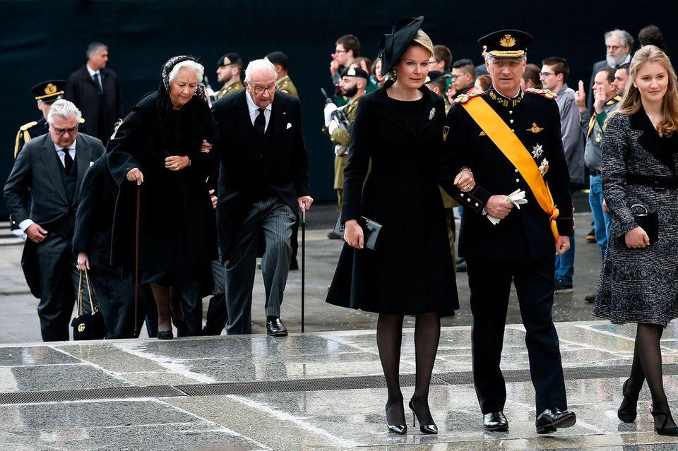 Die belgische Königsfamilie mit Königin Mathilde und König Philippe mit Tochter Elisabeth, dahinter Königin Paola und König Albert II. mit Prinz Laurent