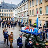 Der Trauerzug schreitet durch die Altstadt von Luxemburg.