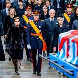Hinter Großherzog Henri läuft sein Sohn, der Erbgroßherzog Guillaume mit seiner Frau Stéphanie.