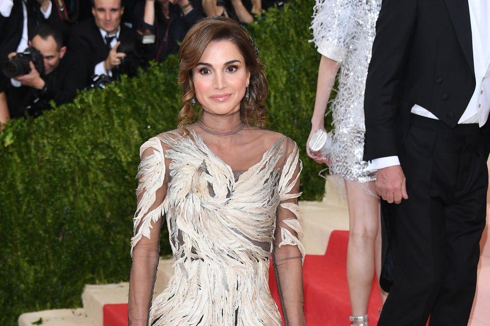 Königin Rania von Jordanien posiert 2016 auf dem roten Teppich der Met Gala in New York.