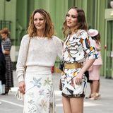 Vanessa Paradis und Tochter Lily-Rose Depp sehen sich nicht nur unglaublich ähnlich, sie beide sind auch große Chanel-Fans. In stylischen, hellen Looks des Luxuslabels besuchen die zwei die Show derCruise Collection 2020 im Pariser Grand Palais. Très chic!