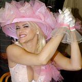 Anna Nicole Smith besuchte das Pferderennen 2004 und trug den gleichen rosa Hut mit Tüllapplikationen. Dass ihre Tochter genau diesen Hut Jahre später zum gleichen Event aufträgt ist eine rührende Hommage an ihre viel zu früh verstorbene Mutter.