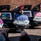 4. Mai2019  Der Anblick der kleinen, mit vielen Hortensien geschmückten Särge dürfte für dieTrauernden unerträglich gewesen sein.