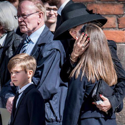4. Mai 2019  Große Trauer in Dänemark: Nach dem tragischen Tod der drei Kinder des Mode-Milliardär Anders Holch Povlsen und seiner Frau Anne in Sri Lanka nehmen auch Prinzessin Mary und ihre Kinderin Aarhus Abschied.