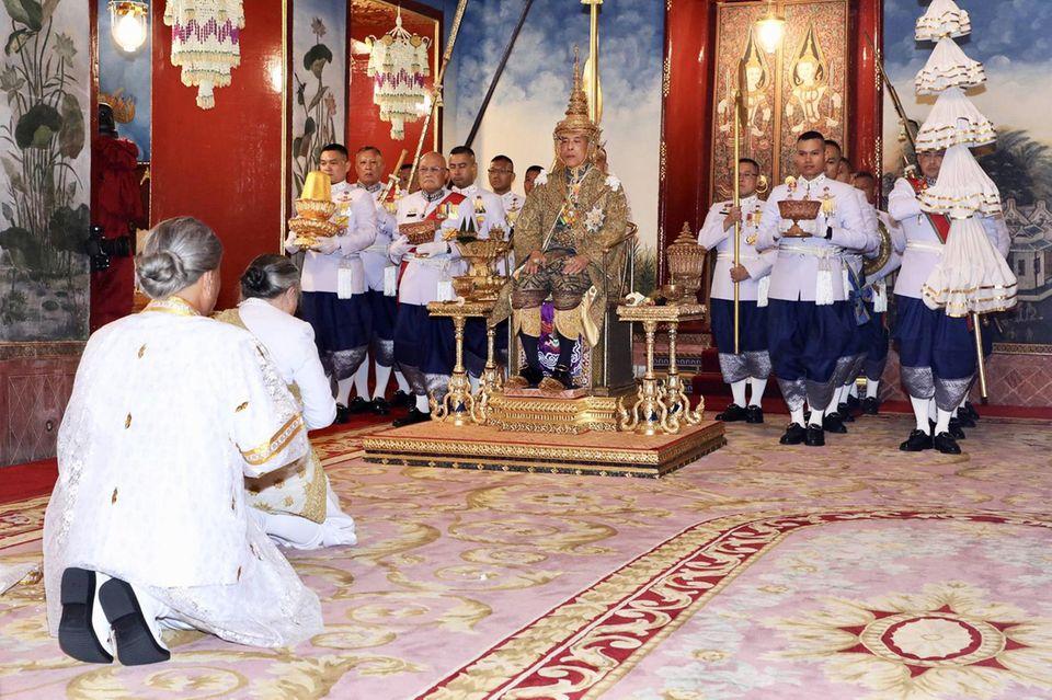 4. Mai 2019  Nächster Programmpunkt am ersten Tag ist eine Audienz für Mitglieder der Königsfamilie, des Geheimrats, des Kabinetts und der Regierung.