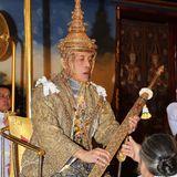 4. Mai 2019  Am Nachmittag wird König Maha offiziell als Förderer des Buddhismus ausgerufen. 234 Soldaten werden den König in einer Prozession vom Amarin-Winitchai-Thronsaal zum Tempel des Smaragd-Buddhas begleiten. Danach folgt eine Zeremonie im Königspalast, in der der König seinen Vorgängern huldigen wird.