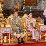 4. Mai 2019  Es ist soweit! Der erste Tag der Krönungsfeierlichkeiten von König Maha Vajiralongkorn, hier mit seiner vierten Frau Suthida, hat miteinem zeremoniellen Baderitual zur Reinigung im Königspalast begonnen, weitere Zeremonien folgen.