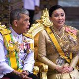 5. Mai 2019  Am zweiten Tagwird der königliche Name des neugekrönten Königs verliehen. Schon jetzt nennt sich Maha Vajiralongkorn kurz Rama X.  Das Krönungsdatum ist übrigens kein Zufall: Sein Vater, der verstorbene König Bhumibol wurde am 5. Mai 1950 gekrönt.