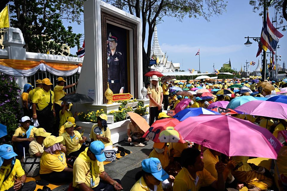 5. Mai 2019  Tausende Menschen haben sich schon vor dem Palast versammelt, und schützen sich mit Schirmen vor der Sonne.